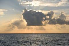 Por do sol dourado sobre o oceano, mar com um navio Imagens de Stock Royalty Free