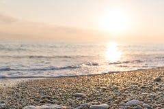Por do sol dourado do verão bonito no mar Fotos de Stock Royalty Free