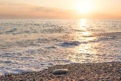 Por do sol dourado do verão bonito no mar Foto de Stock