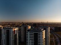 Por do sol dramático aéreo do cenário com uma vista sobre arranha-céus em Riga, Letónia - a baixa velha da cidade é visível no fotos de stock