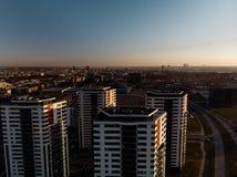 Por do sol dramático aéreo do cenário com uma vista sobre arranha-céus em Riga, Letónia - a baixa velha da cidade é visível no imagem de stock