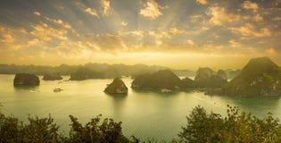 Por do sol dramático bonito na baía longa do Ha, Vietname fotografia de stock