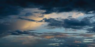 Por do sol dramático com nuvens fotos de stock
