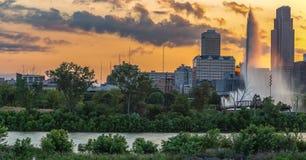 Por do sol dramático com skyline bonita sobre Omaha Nebraska do centro imagem de stock royalty free