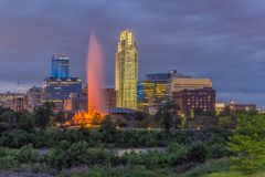 Por do sol dramático com skyline bonita sobre Omaha Nebraska do centro foto de stock royalty free