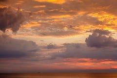 Por do sol dramático com vermelho e nuvens do ouro perto de Genoa Foto de Stock