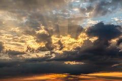Por do sol dramático com vermelho e nuvens do ouro perto de Genoa Imagem de Stock Royalty Free