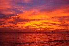 Por do sol dramático em Filipinas foto de stock