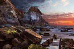 Por do sol dramático em três irmãs parque nacional, Taranaki, Nova Zelândia Fotografia de Stock