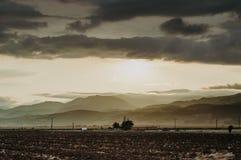 Por do sol dramático entre as nuvens imagem de stock