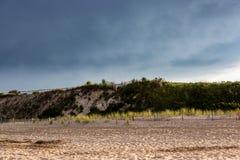 Por do sol dramático escuro na costa leste Oceano Atlântico Fotografia de Stock