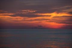 Por do sol dramático mágico acima do oceano Imagem de Stock