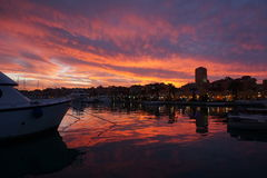 Por do sol dramático no porto Imagem de Stock Royalty Free