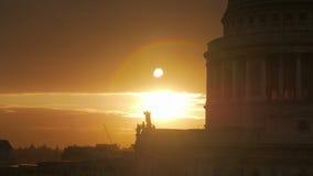 Por do sol dramático pela catedral de St Paul em Londres, Reino Unido - tiro do Telephoto video estoque
