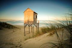Por do sol dramático do seascape com céus alaranjados e reflexões Fotografia de Stock