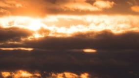 Por do sol dramático sobre as nuvens de tempestade Lapso de tempo vídeos de arquivo