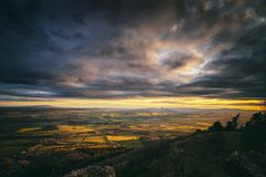 Por do sol dramático sobre o campo britânico fotografia de stock royalty free
