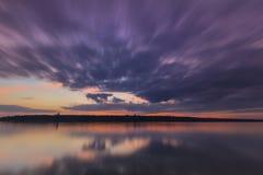 Por do sol dramático sobre o Rio Volga e a ponte presidencial, situados em Ulyanovsk Imagens de Stock