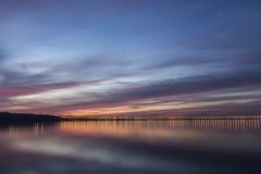 Por do sol dramático sobre o Rio Volga e a ponte presidencial, situados em Ulyanovsk, Rússia Fotografia de Stock Royalty Free