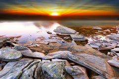 Por do sol dramático sobre a paisagem da natureza do lago Imagem de Stock