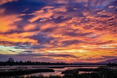 Por do sol dramático sobre um rio de enrolamento fotografia de stock