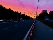 Por do sol e a avenida vazia da cidade imagens de stock royalty free