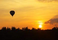 Por do sol e balão Fotografia de Stock