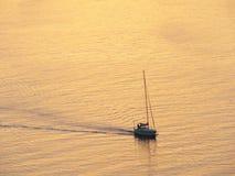 Por do sol e barco Imagens de Stock