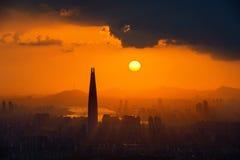 Por do sol e céu bonito na alameda do mundo de Lotte em Seoul foto de stock
