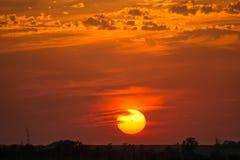 Por do sol e céu nebuloso alaranjado Imagem de Stock