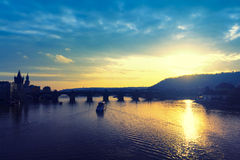Por do sol e Charles Bridge imagem de stock