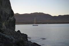Por do sol e crepúsculo na costa do parque natural de Cabo de Gata, Almeria, Andaluzia, Espanha, área vulcanic, mar e montanhas fotografia de stock