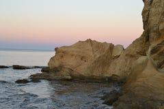 Por do sol e crepúsculo na costa do parque natural de Cabo de Gata, Almeria, Andaluzia, Espanha, área vulcanic, mar e montanhas imagens de stock royalty free