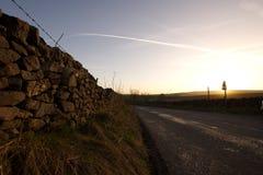 Por do sol e de fundo e de plano do céu azul traços Fotos de Stock Royalty Free