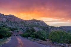 Por do sol e estrada em Palo Duro Fotografia de Stock