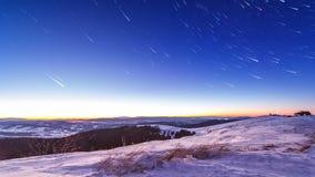 Por do sol e estrelas no crepúsculo na cordilheira Carpathian video estoque