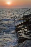 Por do sol e fluxo na praia rochosa Foto de Stock Royalty Free