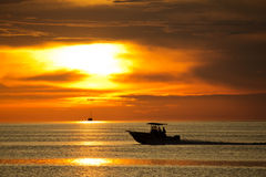 Por do sol e grande barco Fotografia de Stock Royalty Free