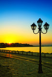 Por do sol e lâmpada de rua em Nessebar, Bulgária Imagens de Stock Royalty Free