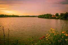 Por do sol e lago foto de stock royalty free