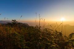 Por do sol e montanha foto de stock