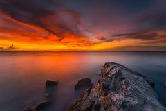 Por do sol e nascer do sol bonitos da ilha Indonésia do mentawai, nuvem, área surfando, o melhor jogo surfando do lugar Fotografia de Stock Royalty Free
