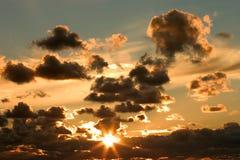 Por do sol e nuvens fotografia de stock royalty free