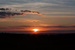Por do sol e nuvens imagem de stock