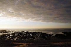Por do sol e nuvens de chuva pesada em uma praia em Normandy france fotos de stock royalty free
