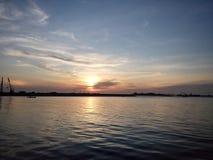 Por do sol e o mar foto de stock
