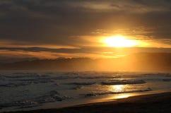 Por do sol e oceano fotografia de stock royalty free