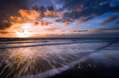 Por do sol e ondas Foto de Stock Royalty Free