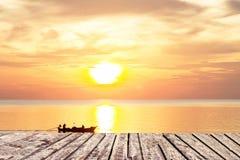Por do sol e passagem de madeira no mar e céu com barco fotografia de stock royalty free