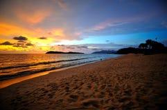 Por do sol e praia Fotos de Stock Royalty Free